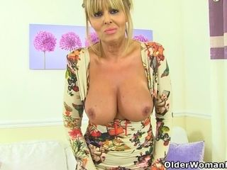 Scottish cougar Toni Lace bangs a cucumber in douche