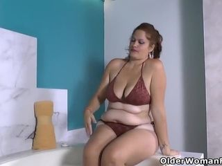 Latina plus-size cougar Sandra needs to get off in tub