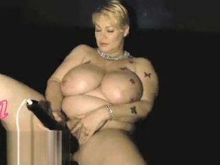 Samantha 38g gets nude & plays with cooter
