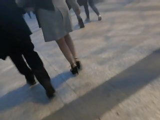 Candid super-fucking-hot cougar ambling in high high-heeled slippers