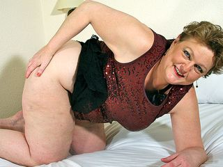 Meaty mama getting herself enormously wet