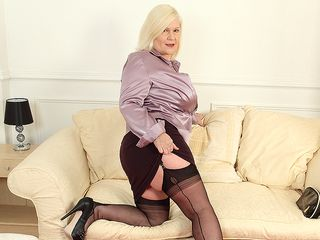 Large jugged housewife Lacey playing with herself