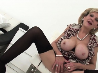 Unfaithful british mature lady sonia shows her heavy melons