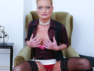 Super-naughty housewife toying with her bald puss