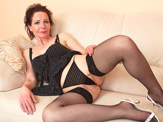Wild housewife toying with her frigs and her plaything
