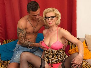 Super-fucking-hot temptress fucking and fellating a firm pipe
