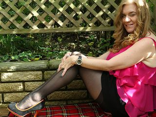 Ultra-kinky british cougar playing in the garden