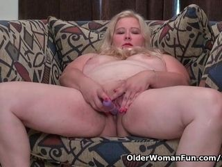 Plumper cougar faps from the USA luvs dildoing her labia
