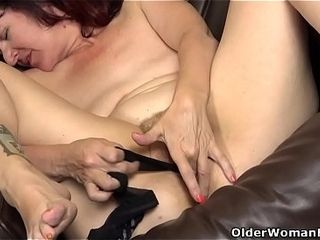 Yankee cougar Zoe rams her coochie with stocking